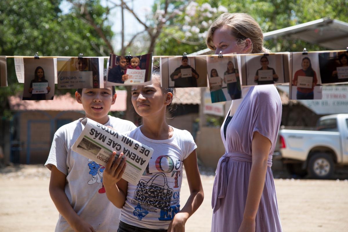 UW students reads photos with Santa Marta youth.