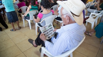 Santa Marta Leader reads the local paper about the recent election results.