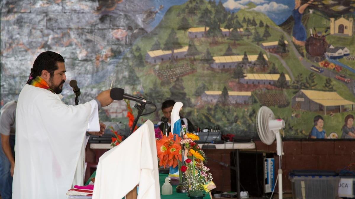 Bishop Luis Quintanilla initiates Tribunal ceremony.