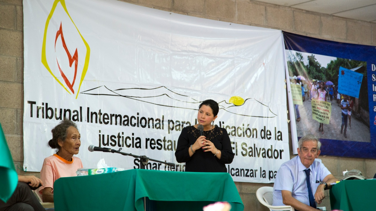 Photo of a woman giving testimony and a lawyer at the International Tribunal in Santa Marta, El Salvador.